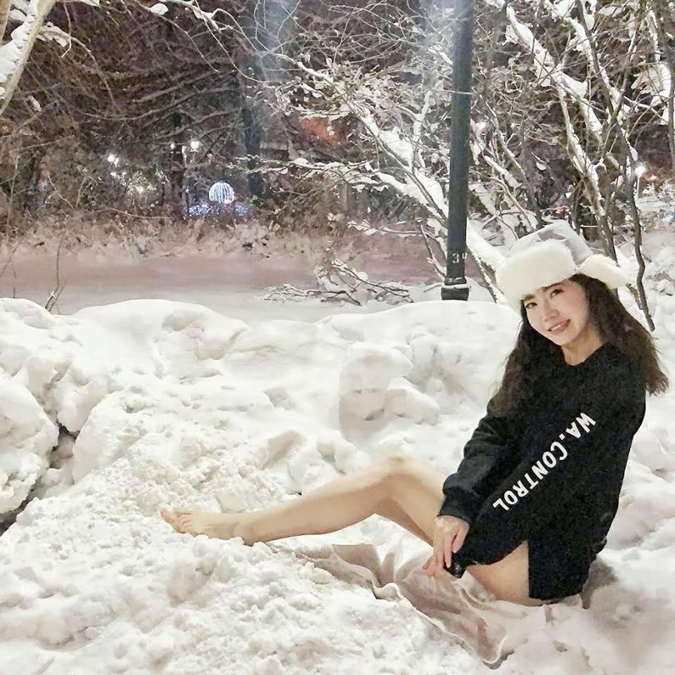 謝忻在雪地中大露美腿。圖/摘自臉書