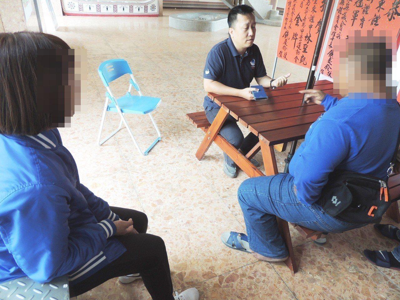 昨天開學首日,有家長到台東體中要求查帳,並指責學校漠視縱容,萬一余女還不出錢,學...