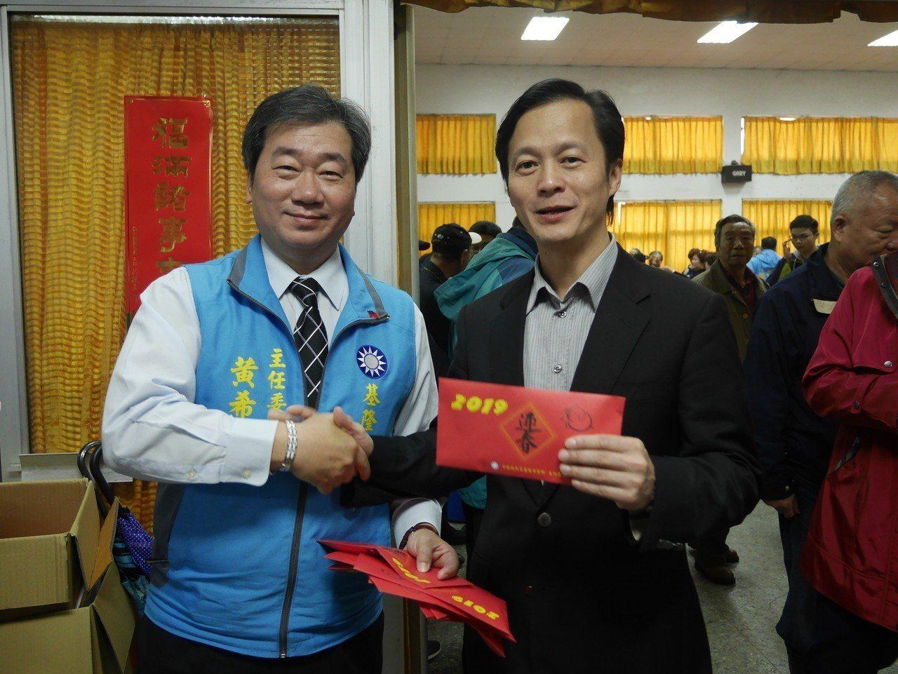 市黨部主委黃希賢今天在新春團拜後發送裝有巧克力的紅包,也要選立委的藍敏煌上前致意...