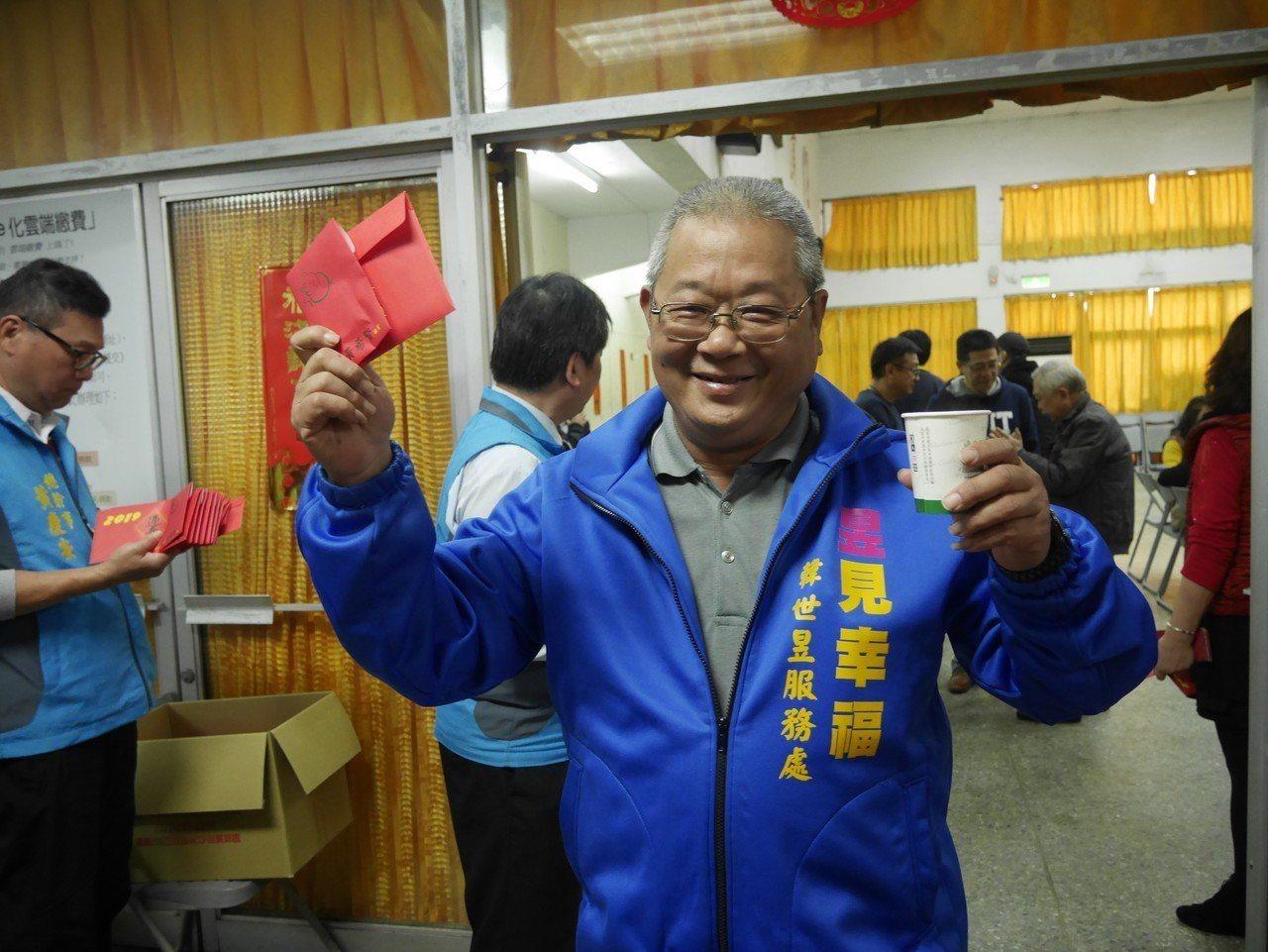 韓良圻拿到主委紅包,笑得好開心。記者吳淑君/攝影