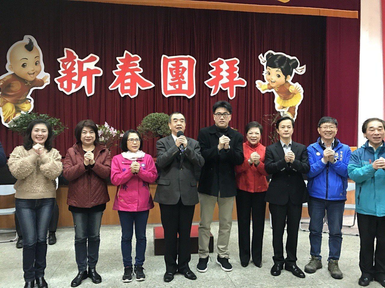基隆市議長蔡旺璉,率黨籍市議員一字排開拜年。記者吳淑君/攝影