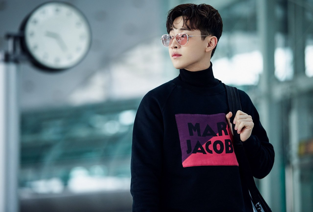 大陸男星Henry劉憲華則選穿Marc Jacobs經典棉質上衣,紫、桃紅兩色拼...