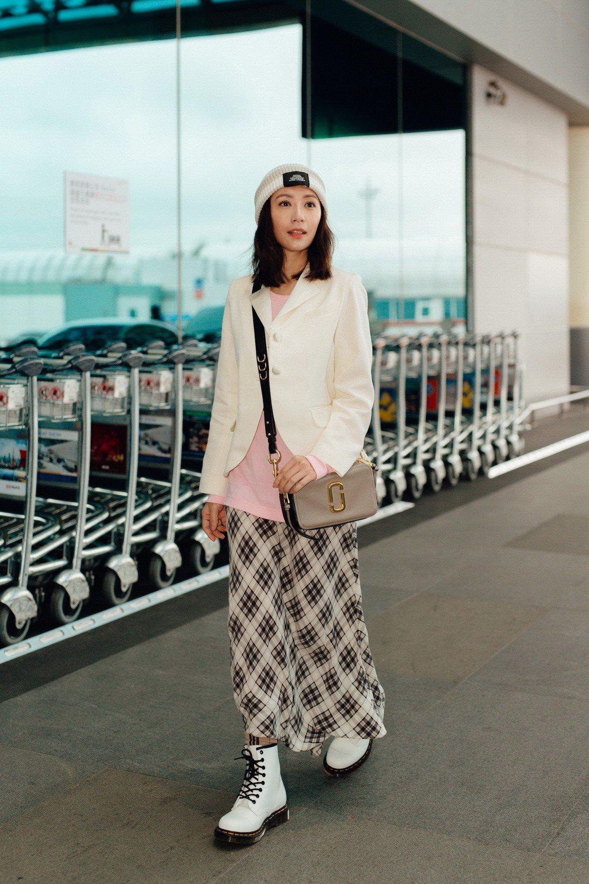 賈靜雯在機場穿的服裝全出自Marc Jacobs 2019 Redux Grun...