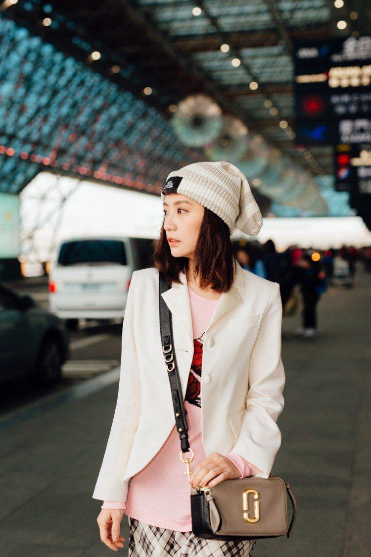 Softshot背包也是早春全新推出的包款,使用沒有上漆的柔軟牛皮製作,並搭配金...