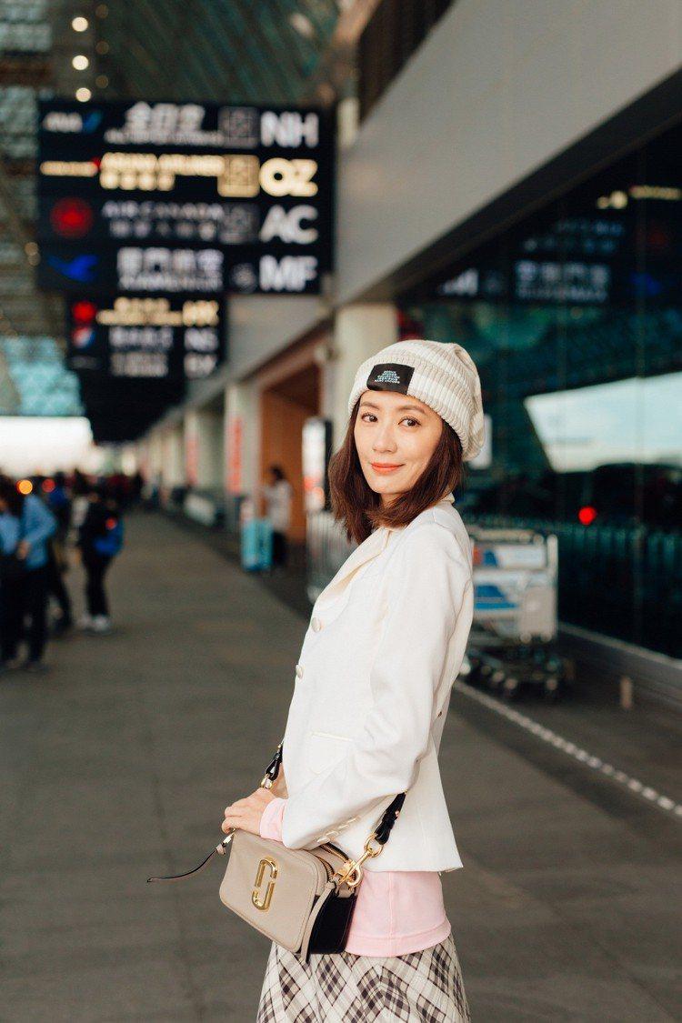 賈靜雯還沒到秀場就先在機場展現復古「減齡」穿搭,把時光拉回九○年代,重現會出現在...