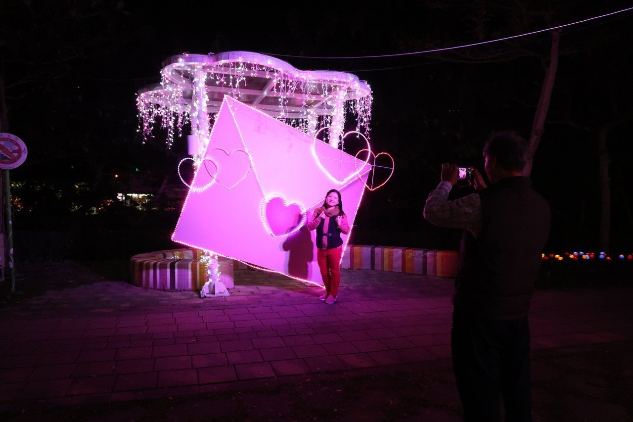 因應西洋情人節,桃園燈會打造「不能說的秘密(情書)」粉紅色情書燈組,幫大家傳遞說...