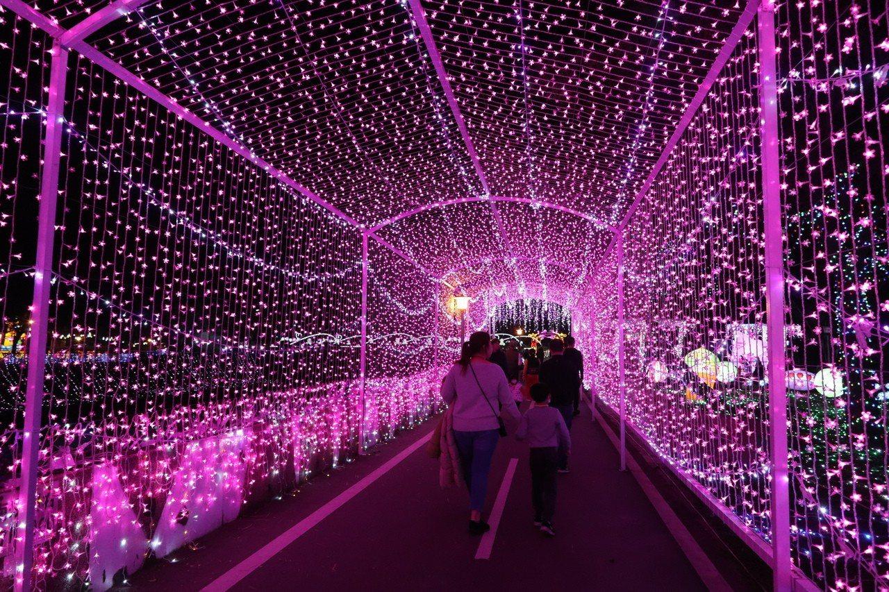 「一千零一道幸福」桃園市花為桃花,超過40公尺數萬朵桃花燈組成桃花廊道,滿溢滿滿...