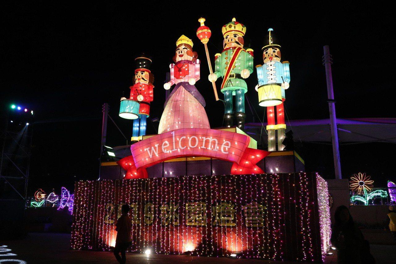 桃園燈會「胡桃鉗娃娃」門口迎賓燈組,結合農曆生肖豬年,與胡桃鉗童話的國王、王后及...