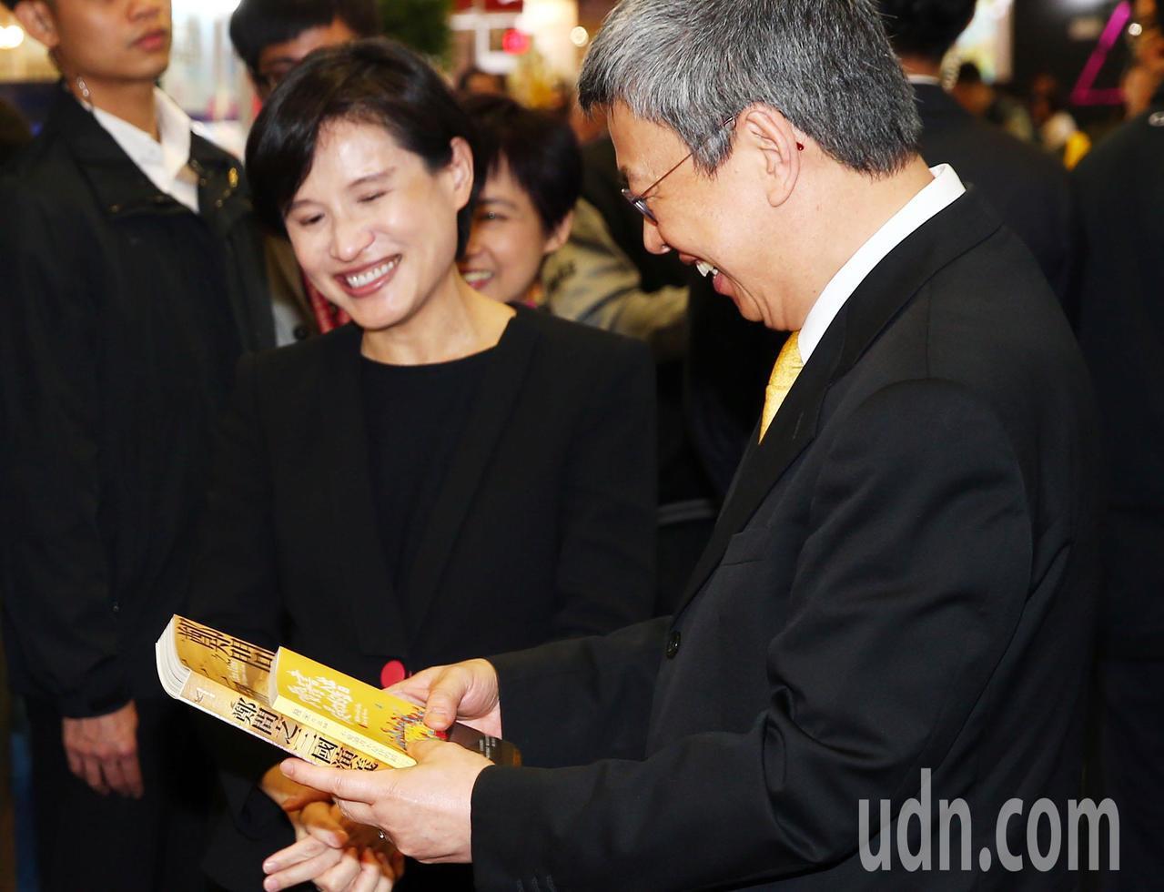 副建統陳建仁(右一)在文化部長鄭麗君(左二)的陪同下,在台北書展展場上買了多本書...