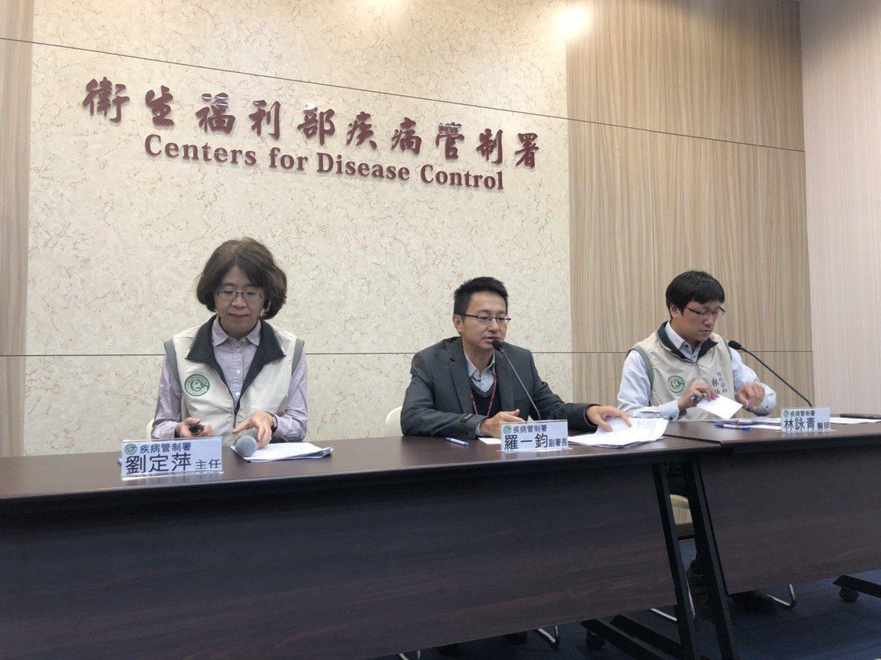 疾管署副署長羅一鈞(中)表示,今年是暖冬,類流感就診人次比去年就診減少兩成。記者...
