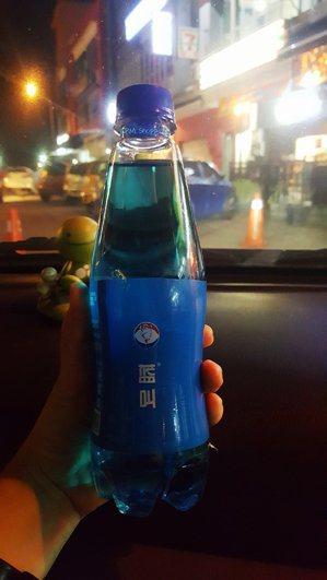 想喝喝看藍叫可樂嗎? 圖/摘自新浪微博