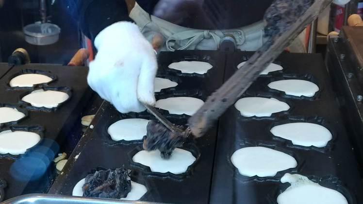 天狗燒是東京高尾山的必吃美食,餡料是黑豆泥。記者楊德宜/攝影