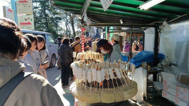 醬油口味的糯米糰子,是東京高尾山的必吃美食之一。記者楊德宜/攝影