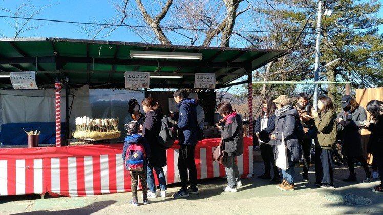 醬油口味的糯米糰子,是東京高尾山的必吃美食之一,總見大排長龍。記者楊德宜/攝影