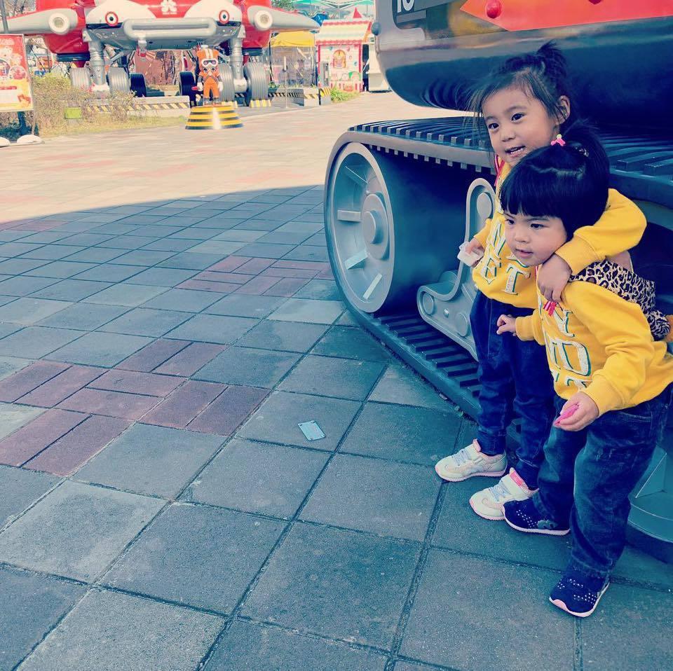咘咘(左)、Bo妞到遊樂園嗨玩。圖/摘自臉書