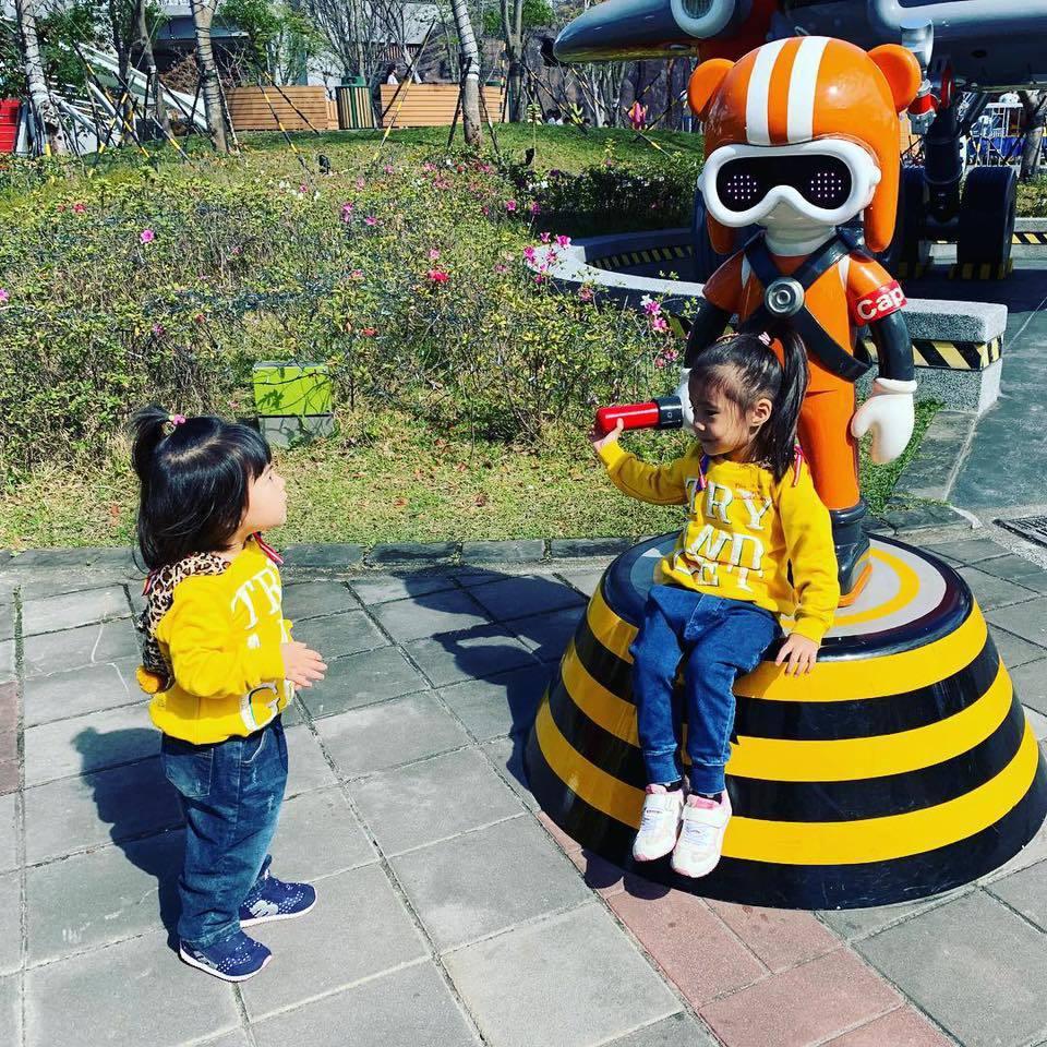 咘咘(右)、Bo妞到遊樂園嗨玩。圖/摘自臉書