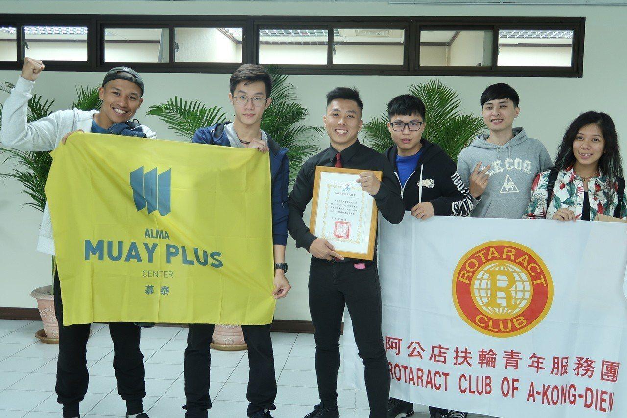 泰拳選手黃嵩森(中)獲頒「傑出市民證書」。記者徐如宜/攝影