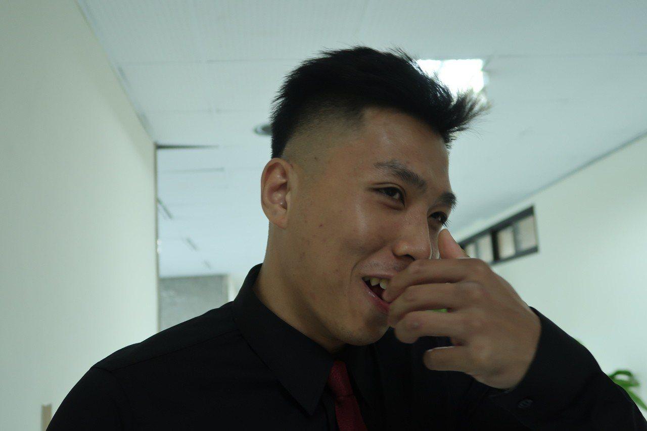 黃嵩森摸著曾經被打歪的鼻梁,當時不敢回家怕家人擔心。記者徐如宜/攝影