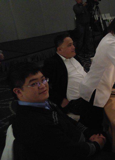 台北市長柯文哲2018競選連任的辦公室文宣部主任邱昱凱(左),選後沒回到市府,昨...