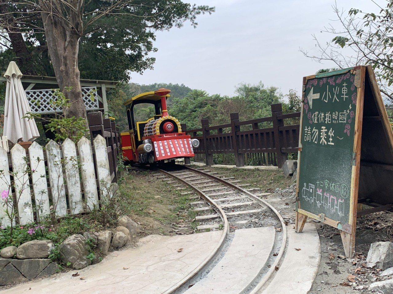 小火車軌道長度大約400公尺,不過因為先前試車時,有發生過一些意外狀況,因此會再...