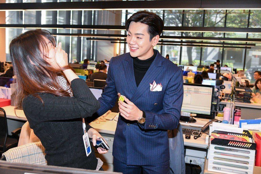 禾浩辰(右)被電視台女員工圍繞。圖/三立提供