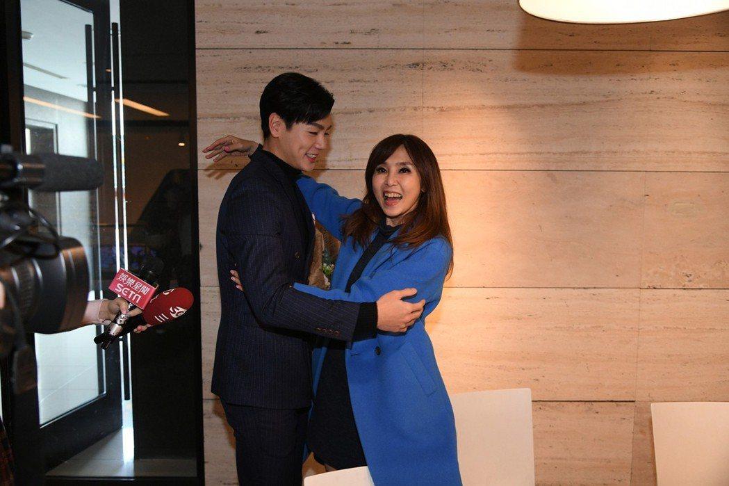 禾浩辰(左)被主播黃倩萍討抱。圖/三立提供