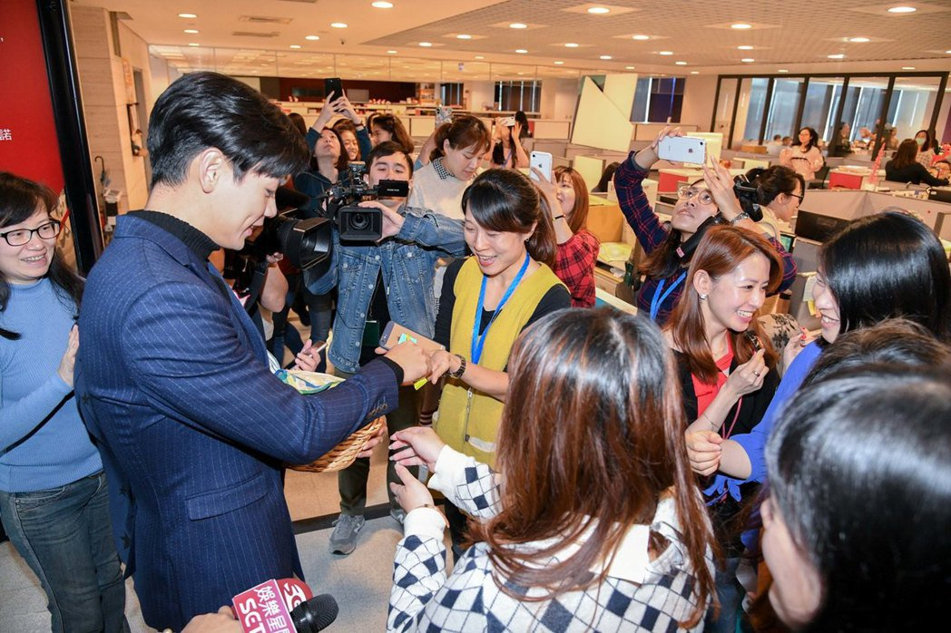 禾浩辰(左)被電視台女員工圍繞。圖/三立提供