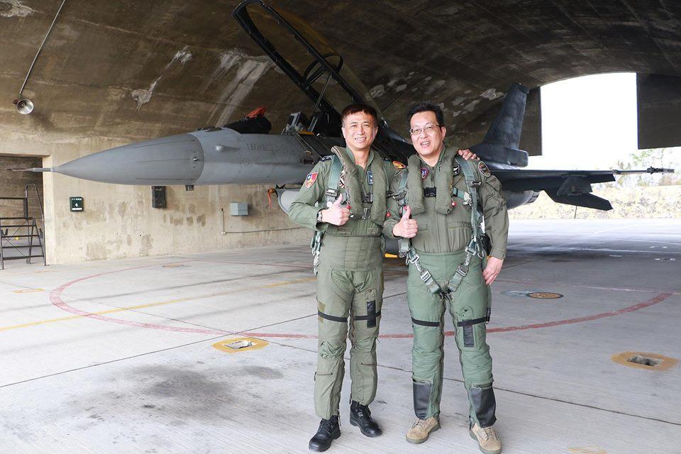 江國超(右)完成飛行後與飛官合影。圖/空軍司令部提供