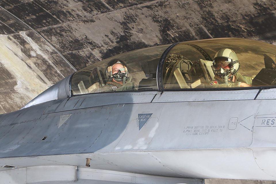 江國超(左)在F-16後座。圖/空軍司令部提供