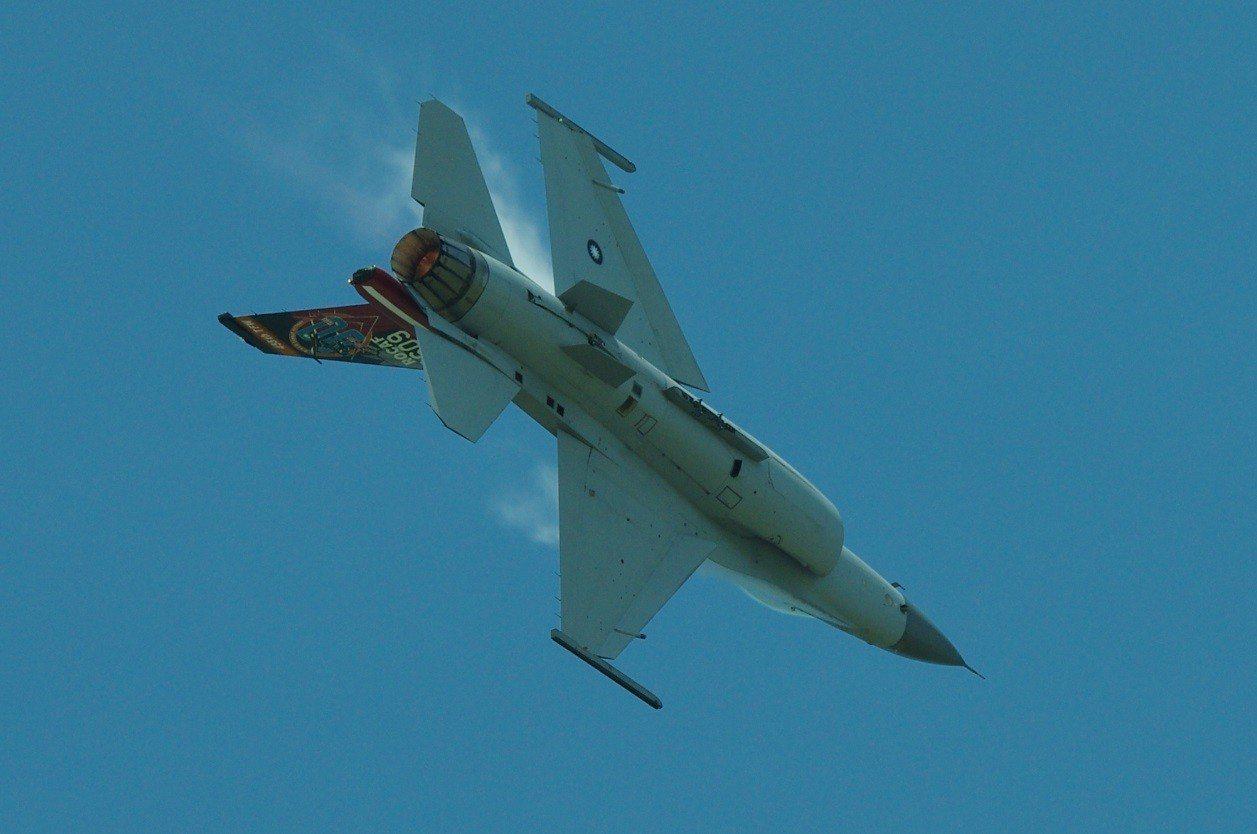 進行急轉彎的F-16,機背因為氣壓降低,造成局部水氣凝結。資料照,記者程嘉文/攝...