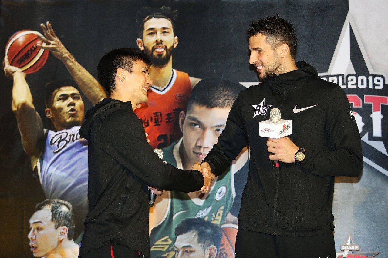 今年三分球大賽眾星雲集,其中璞園陳堅恩(左)與金酒佐藍(右)都是奪冠熱門。圖/中...