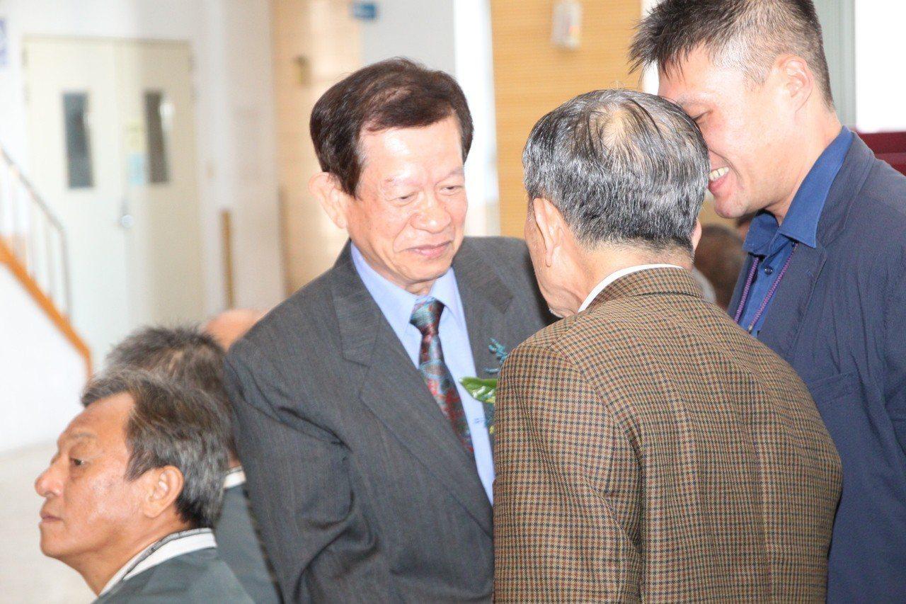 台中市霧峰區新任區長李銘海(左)就職前和觀禮來賓一一握手致意。記者黃寅/攝影