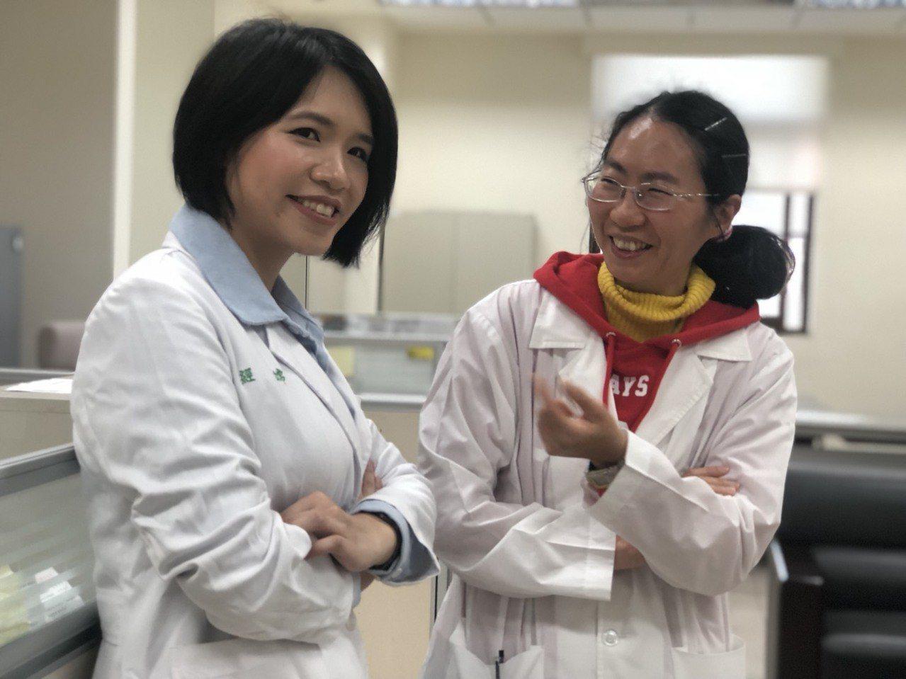 嘉義地檢署2名法醫都是女生,楊婉玲(右)、經嫦是台大法醫研究所的學姊學妹。記者王...