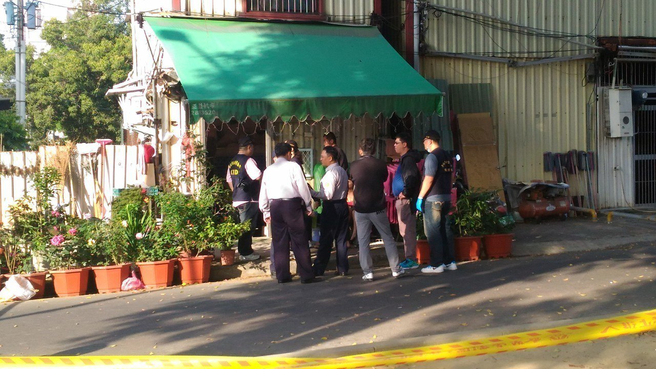 台南市東豐路私娼寮發生凶殺命案,警方到場採證。記者黃宣翰/翻攝