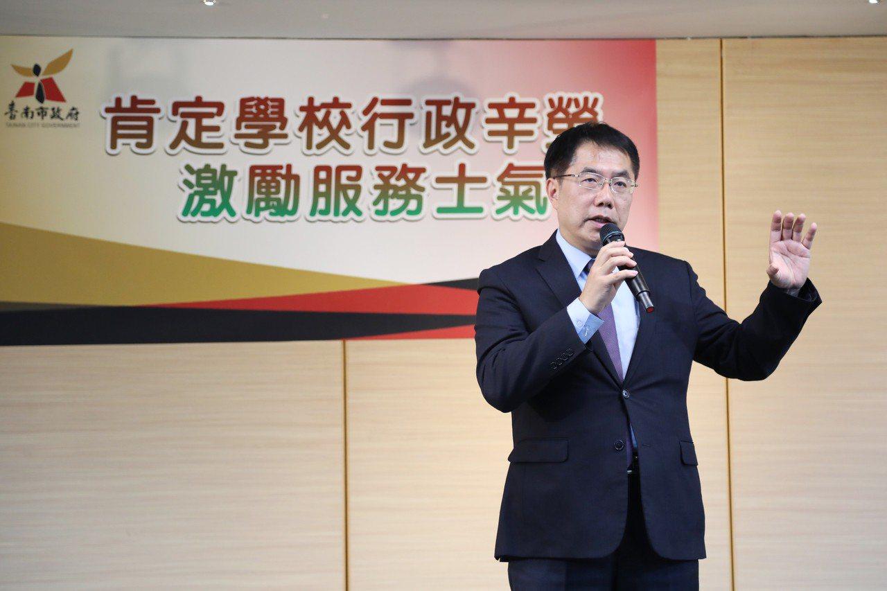 台南市長黃偉哲與表示將把學校行政人員未休假加班費由3日提高至7日。圖/教育局提供