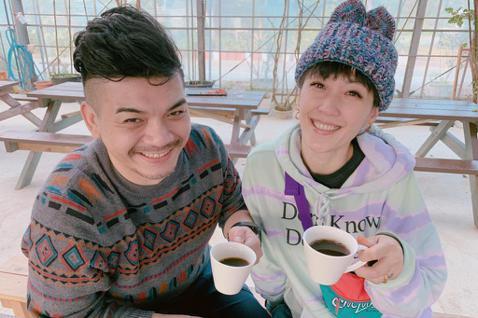 Gigi和史丹利結婚3年多,日前受沖繩觀光局的邀請,到沖繩體驗不同的觀光行程,兩人嘗試採咖啡豆,到咖啡的製成過程,共花了4小時,讓夫妻倆直呼「原來製作一杯咖啡這麼不容易,以後喝咖啡都要很珍惜不能剩下...