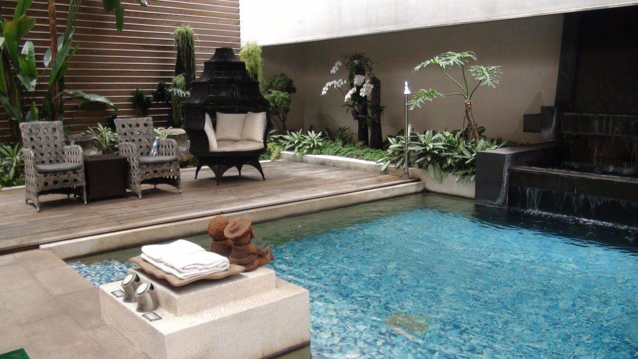 高雄市三民區御宿Motel民族館內的南洋風味套房,引自來水設置的游泳池很受歡迎。...