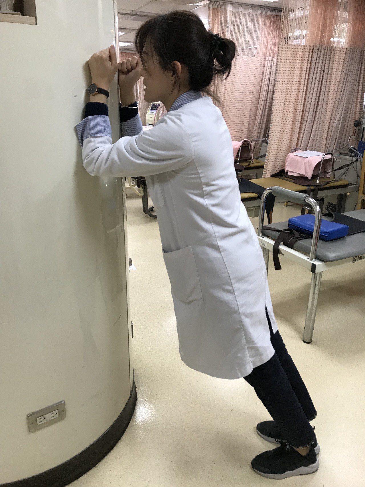 職能治療師指出,民眾可以透過簡易版動作訓練核心肌群,保持身體肌肉彈性。記者許政榆...