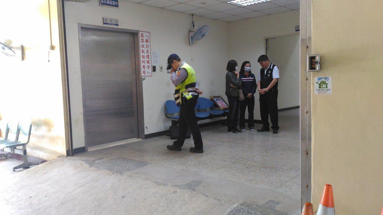 台南檢方及法醫上午相驗,死者家屬到場傷心認屍,認4人涉嫌殺人,要求檢警查明,還家...