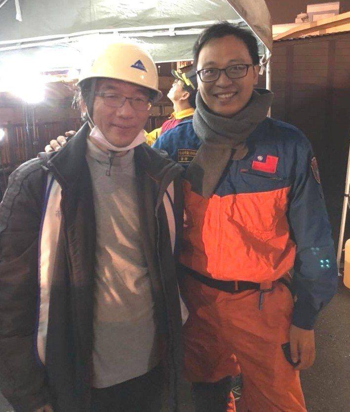 柳營奇美醫院急診室醫師潘師典(右),8年前加入台南義消特搜隊服務社會不落人後。圖...