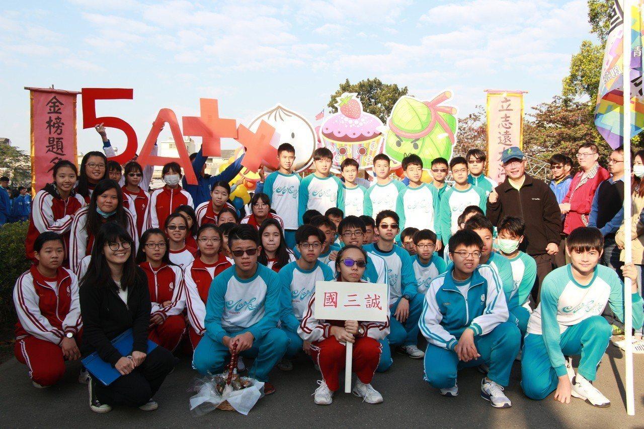 國三會考破百大誓師,台南新營南光中學學子集氣誓詞意外成亮點。記者謝進盛/攝影