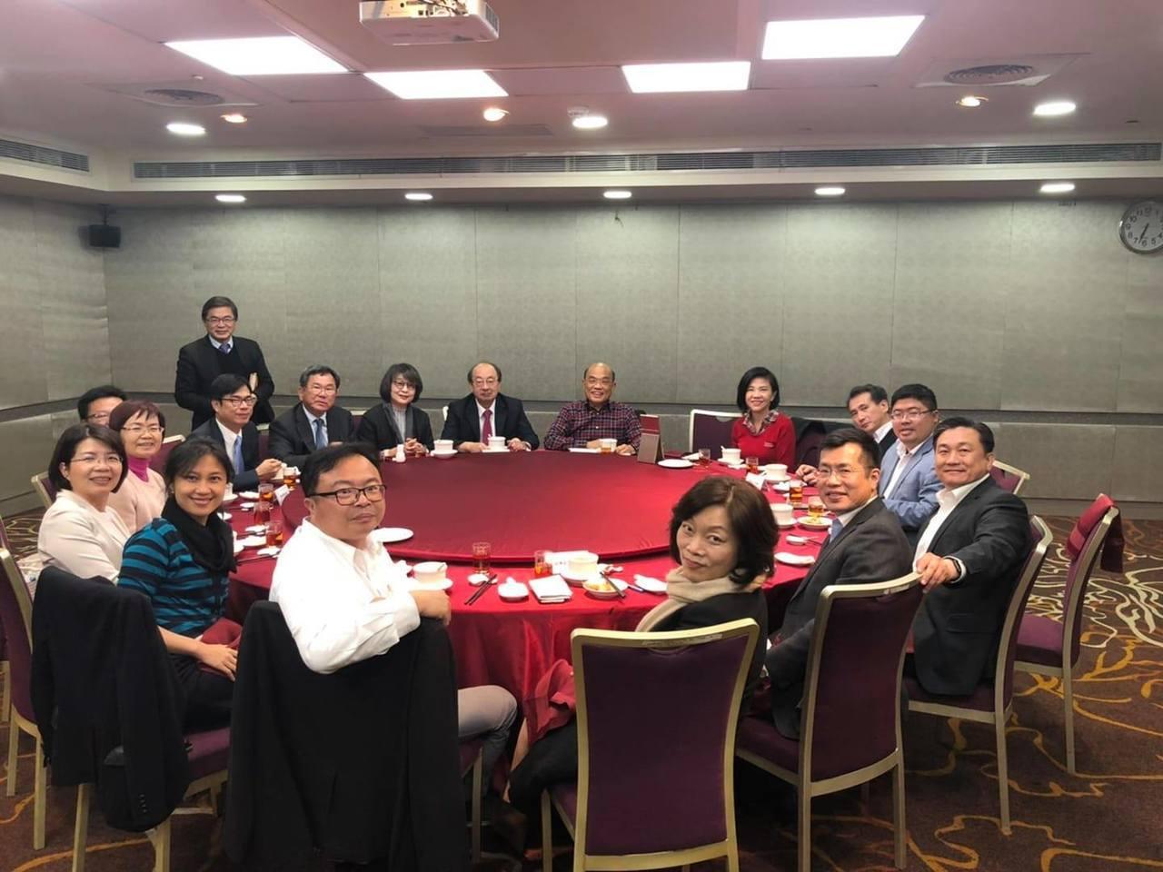 行政院長蘇貞昌今晚宴請民進黨立委,會前接受媒體採訪,首度回應華航機師罷工事件。圖...