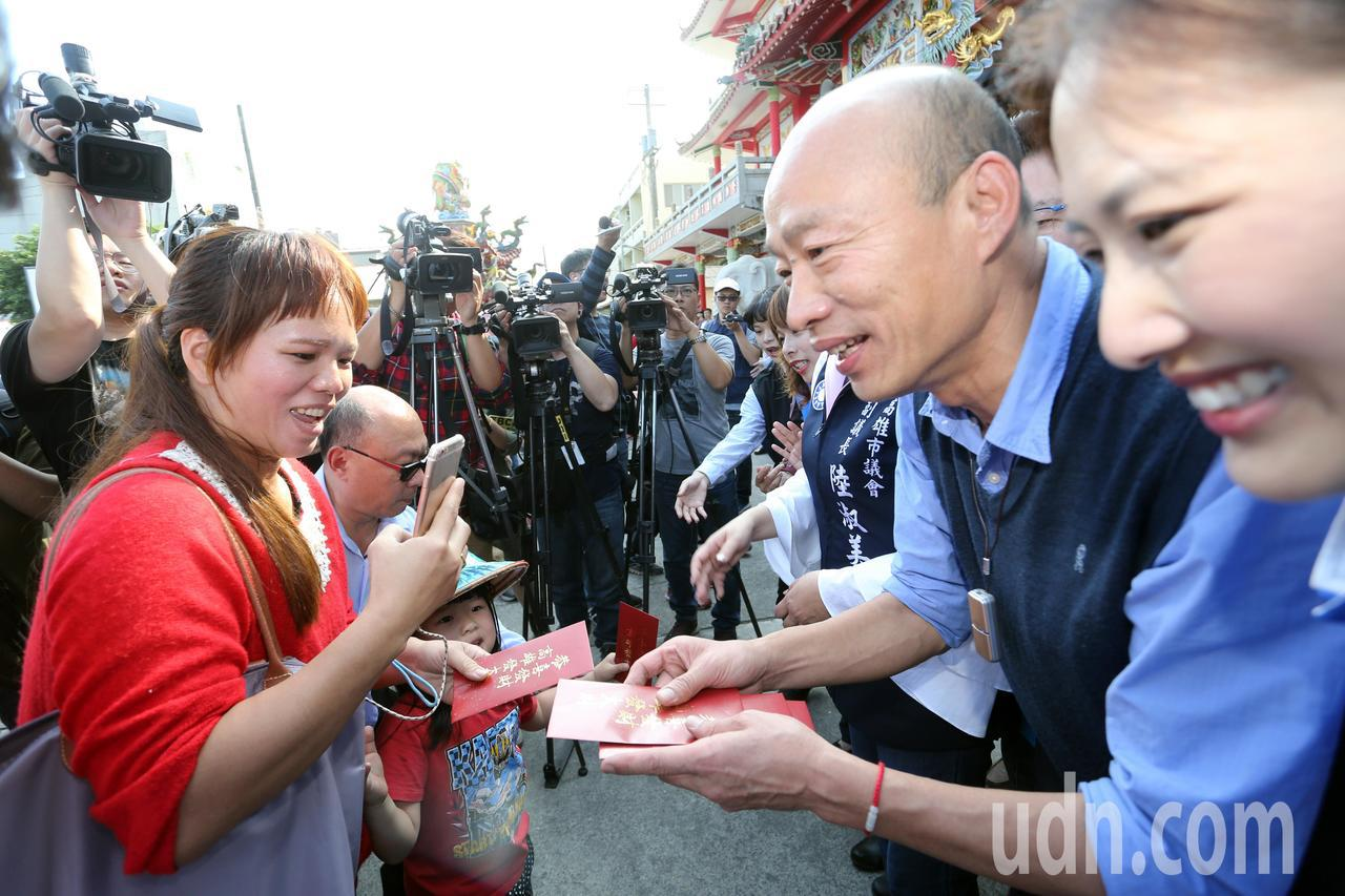 高雄市長韓國瑜今天到路竹一甲觀音亭發送紅包福袋,吸引滿滿人潮前來排隊領取。記者劉...