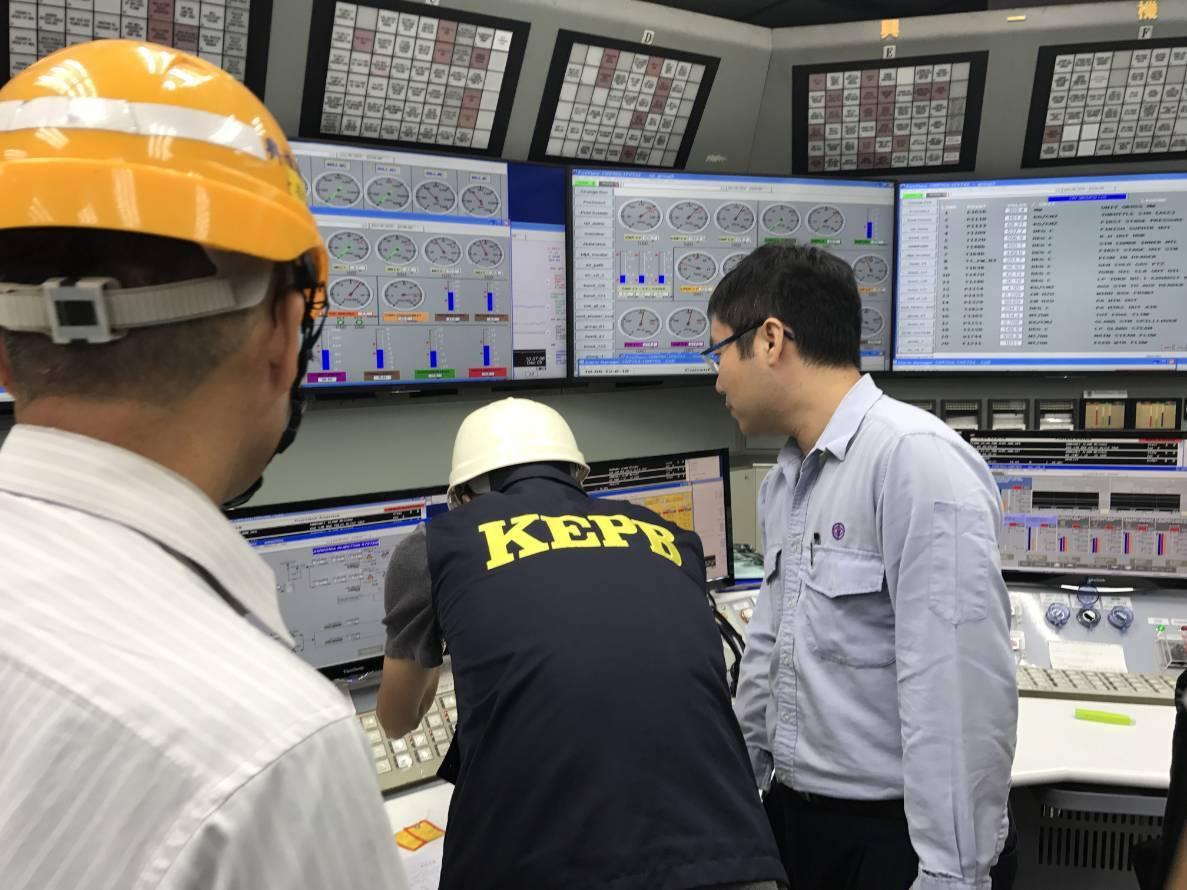 高雄市環保局在台灣興達發電廠進行操作查核。圖/高雄市環保局提供檔案照片