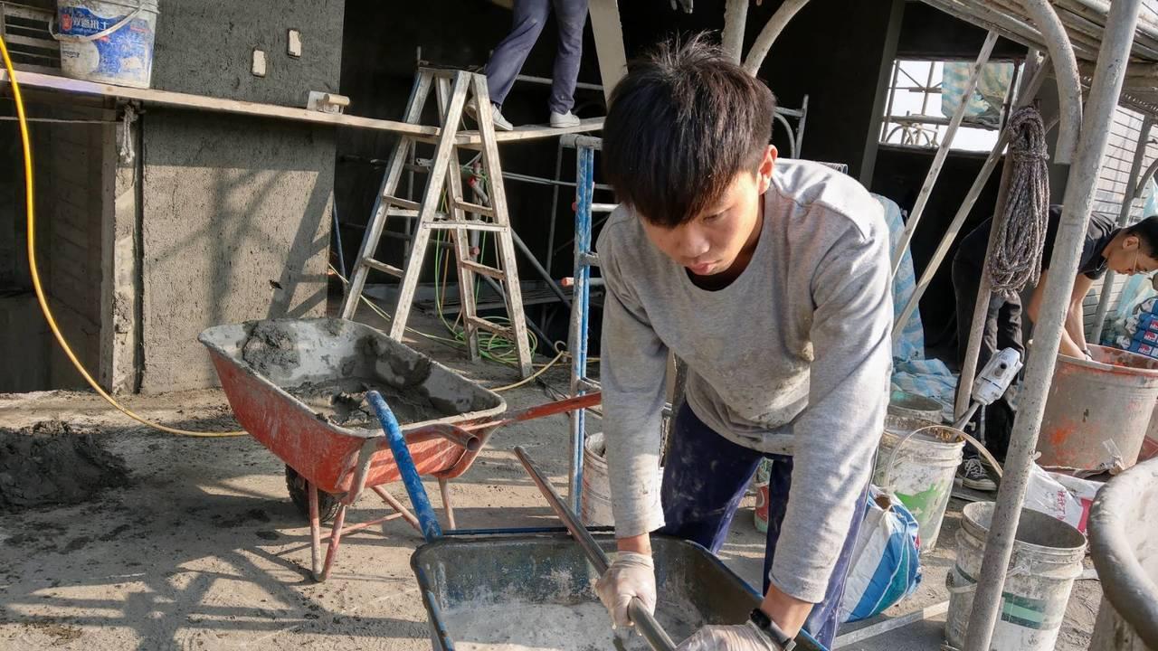 二林工商裝潢技術科學生在工地實習。圖/二林工商提供