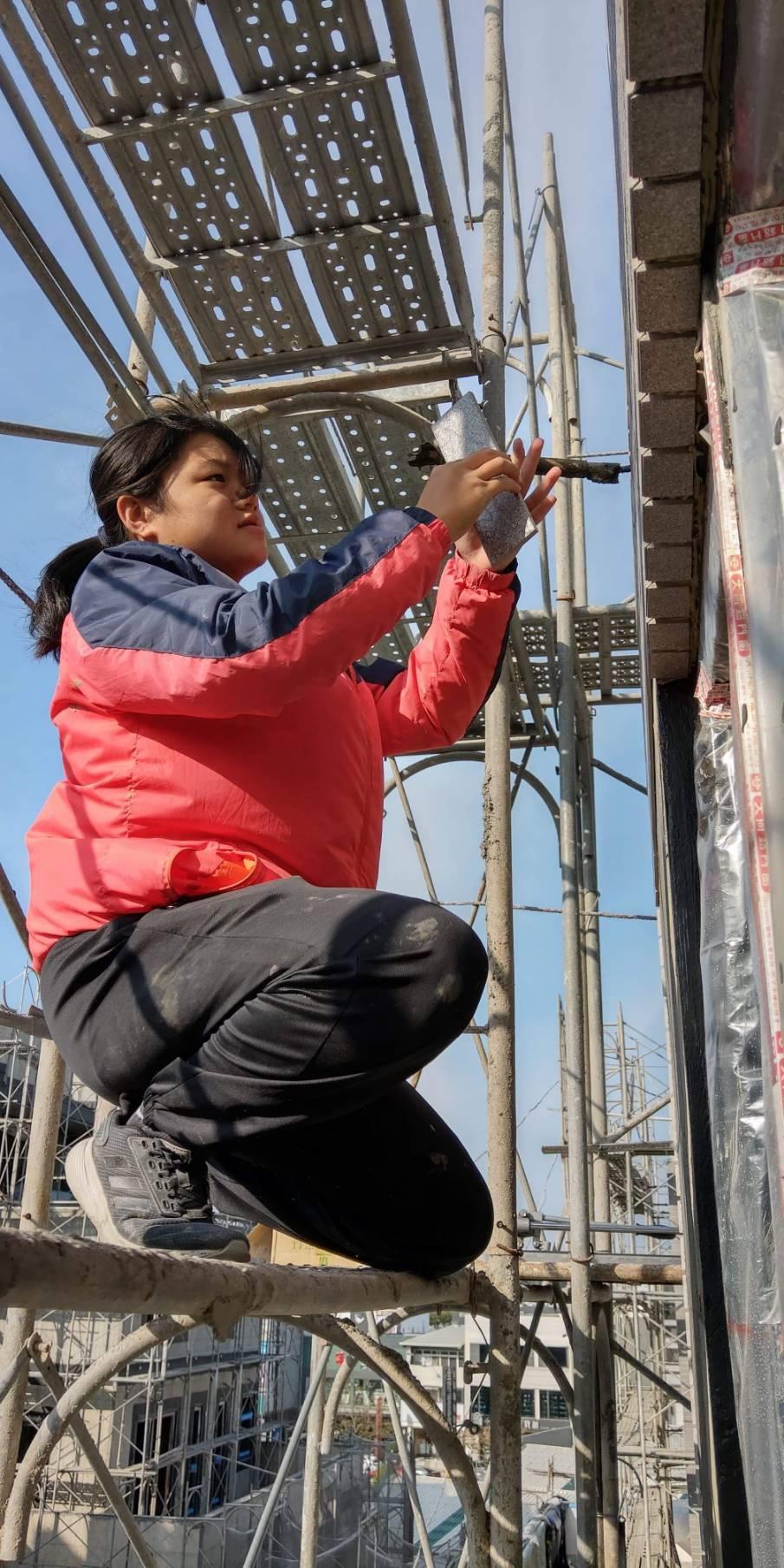 二林工商學生洪宇廷是少數泥作女學徒。圖/二林工商提供