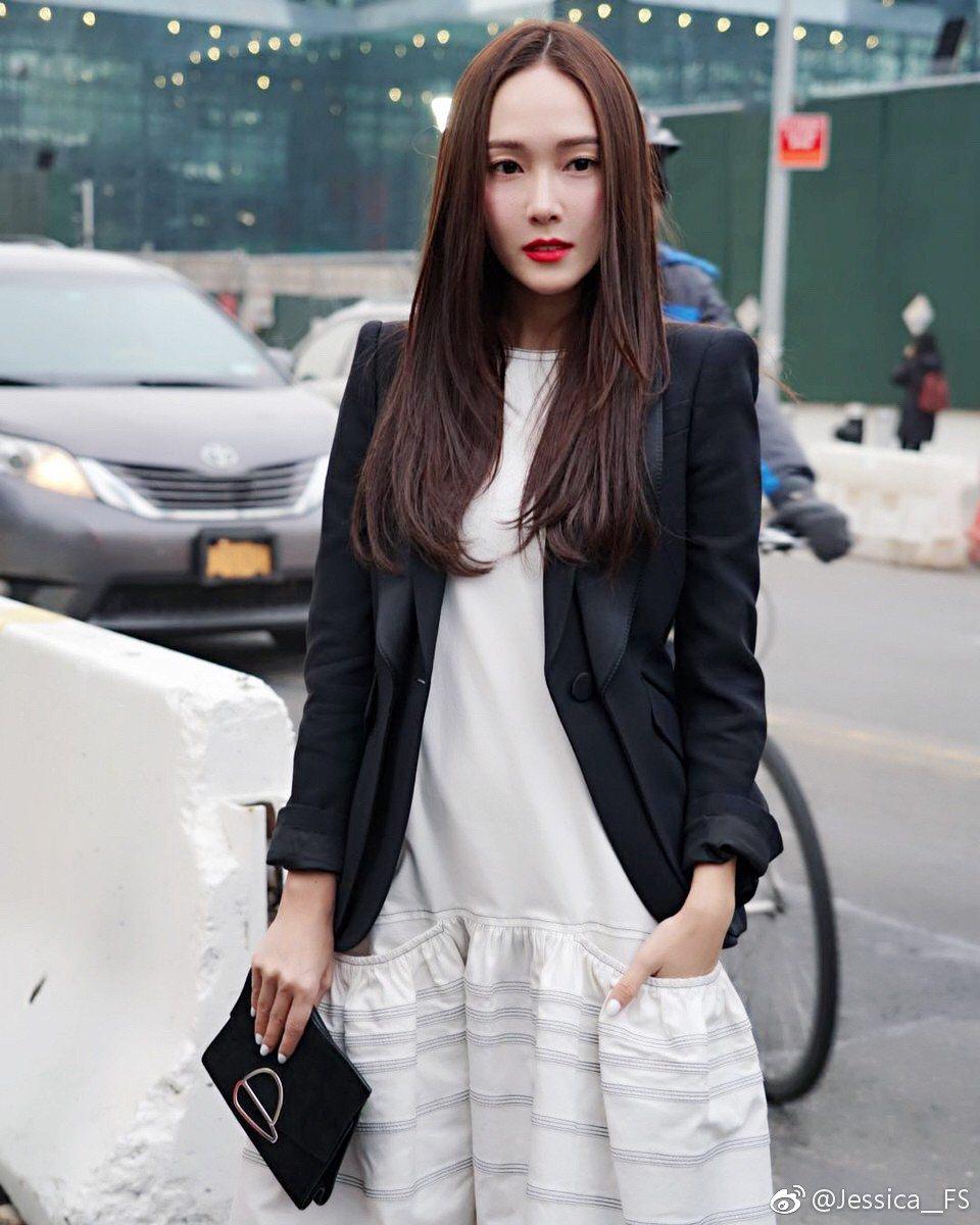 Jessica以中分直髮現身,有全新風貌。圖/摘自新浪微博
