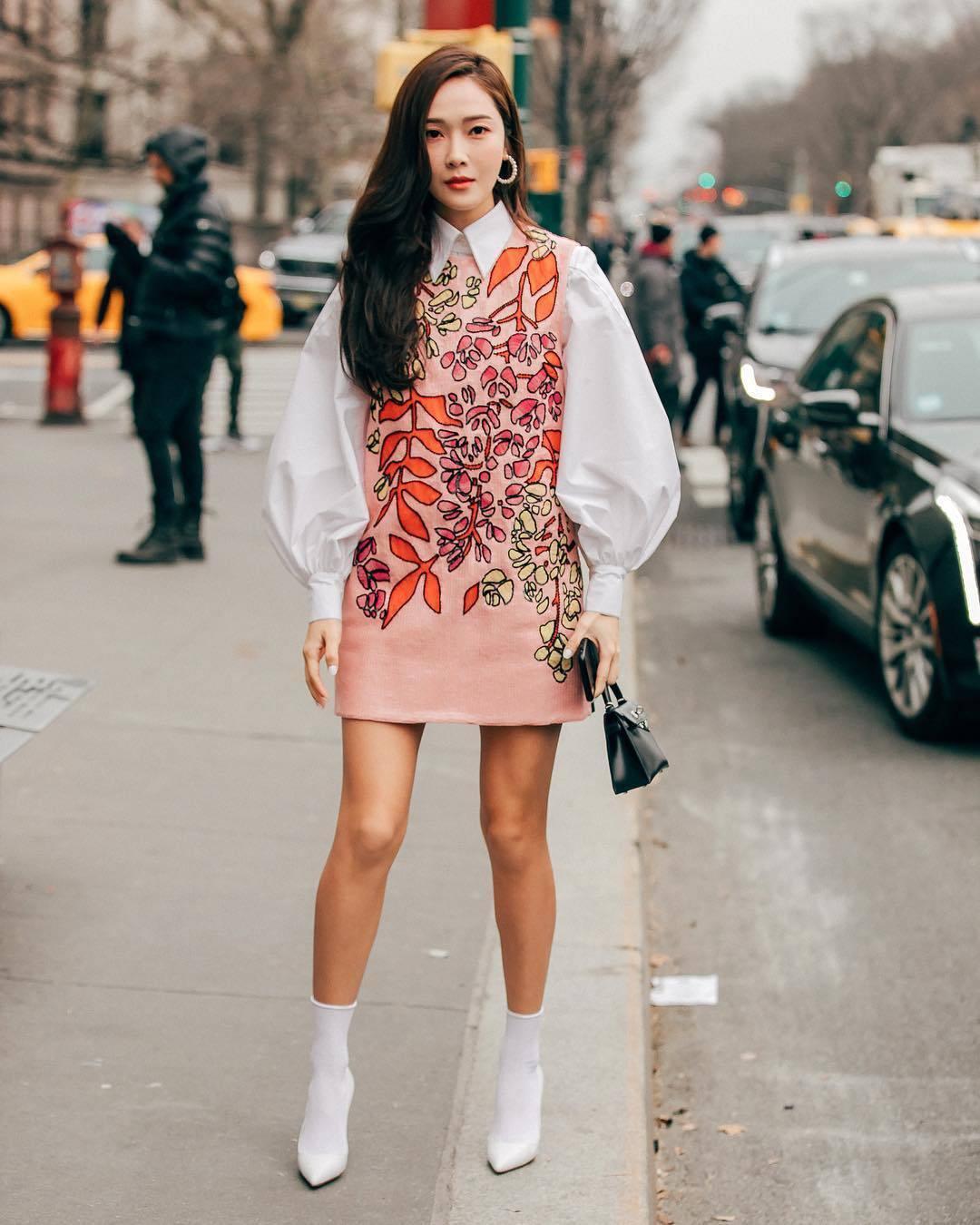 Jessica小白襪搭白色高跟鞋,超級Q。圖/摘自新浪微博