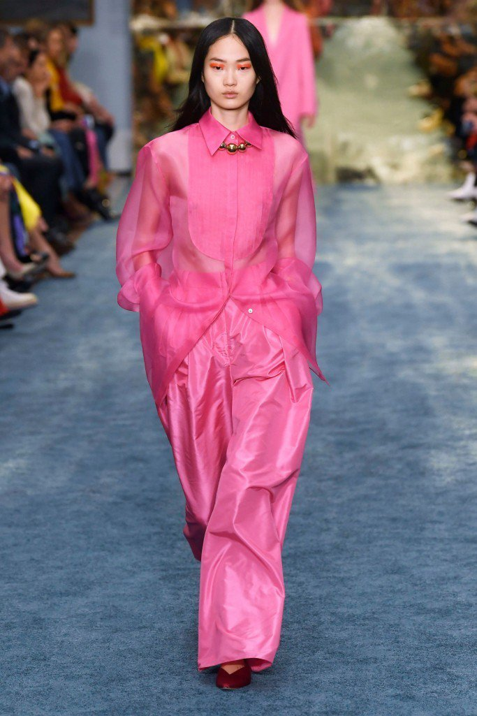 Carolina Herrera的絲綢襯衫超美。圖/摘自WWD