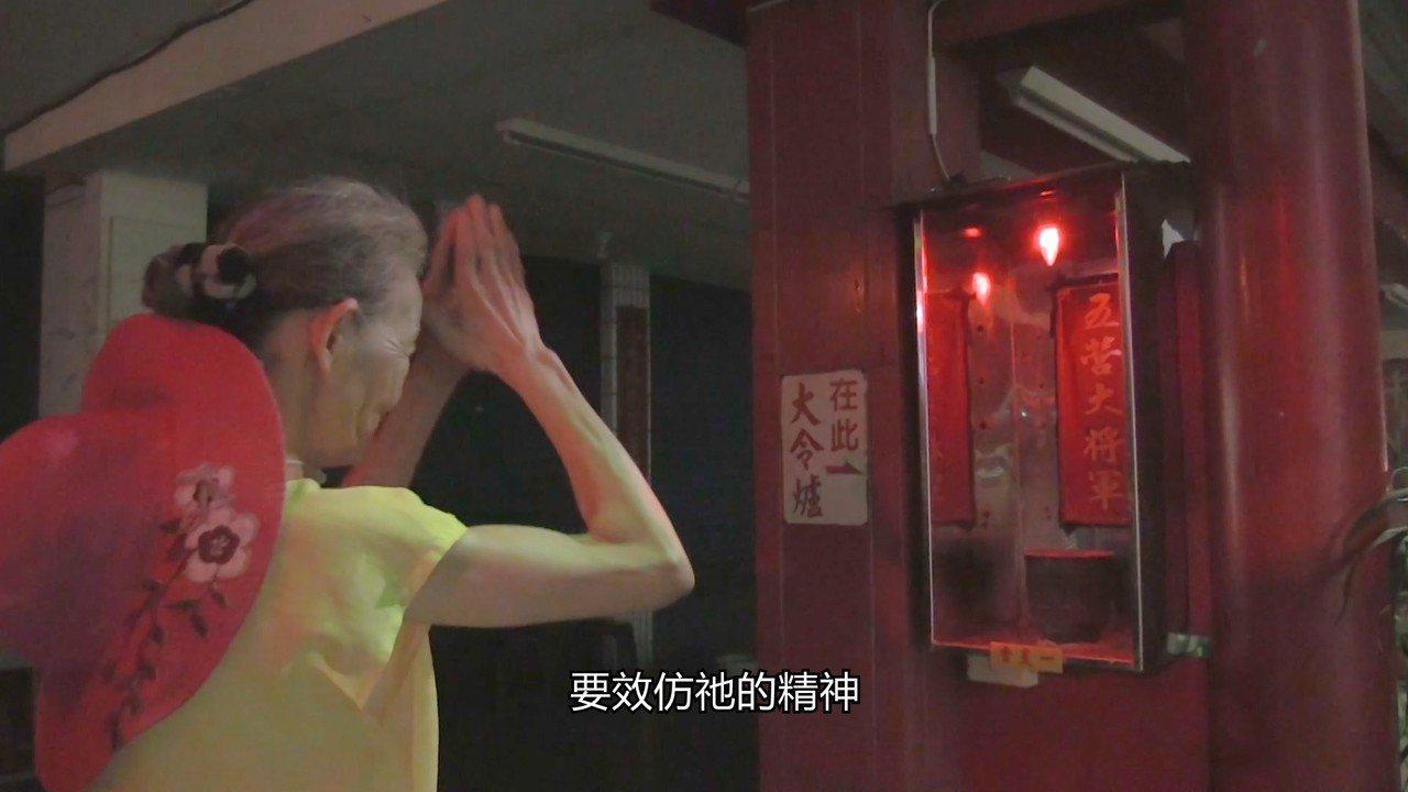 婆婆很有慈悲心,清早買菜路過神廟不忘駐足膜拜,為所有人祈求平安。記者蔡維斌/翻攝